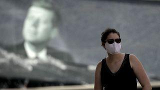امرأة بالقرب من مركز كينيدي للفضاء في فلوريدا الأميركية