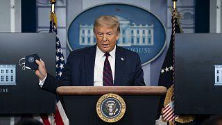 ABD Başkanı Donald Trump, basın toplantısına elinde maske ile geldi
