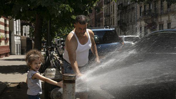 Nicht nur Kinder in New York freuen sich bei glühender Hitze über die Wasserspender