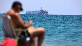 Antalya kıyılarından Doğu Akdeniz'de çalışmalar yapan Türkiye'nin sismik araştırma gemisi Oruç Reis görülüyor