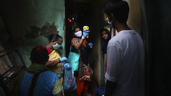 Screening a Dharavi, uno dei più grandi slum di Mumbai, India, il 6 luglio 2020