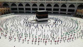 Cientos de fieles dan vueltas a la Kaaba ordenadamente y guardando la distancia social