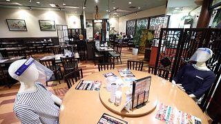 Tokyo, a ristorante manichini per un equo distanziamento