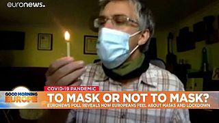 Il  Simon Kolstoe, docente di assistenza sanitaria basata all'Università di Portsmouth, ha provato a spegnere un fiammifero con la mascherina indosso