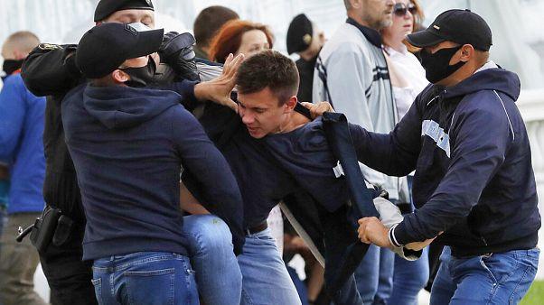 Belarus'un başkenti Minsk'te muhaliflerin protesosuna polis müdahale ederken.