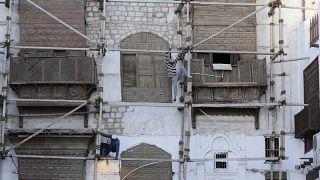 عمال يشتغلون على مبنى تاريخي في المدينة القديمة بجدة /الممكلة العربية السعودية