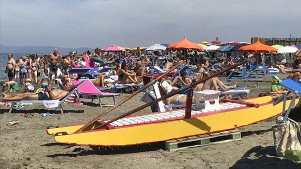 Σαββατοκύριακο σε παραλίες λίγο έξω από την Ρώμη. Συνωστιμός και καμία τήρηση των αποστάεων.