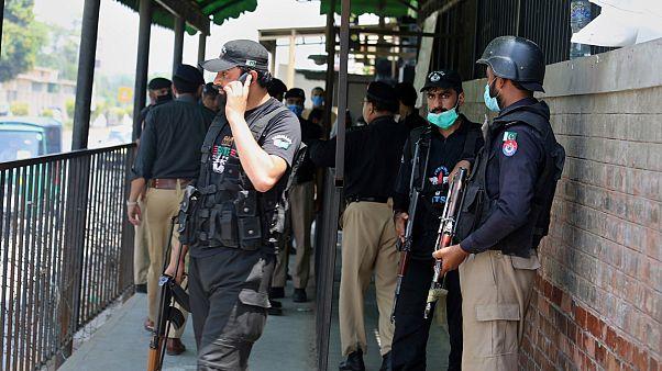 تجمع لرجال الشرطة عند بوابة المحكمة في بيشاور حيث قتل طاهر شميم أحمد المتهم بالتجديف 29 يوليو 2020