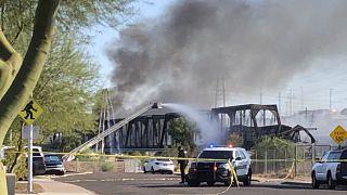 Phoenix, deraglia treno merci, vagoni e ponte in fiamme: nessun ferito