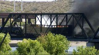 ABD'nin Arizona eyaletinde köprüden geçişi sırasında raydan çıkan trende yangın çıktı