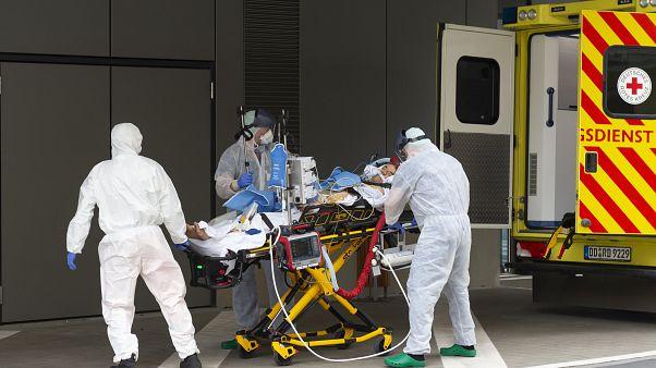 نقل أحد المصابين بالفيروس إلى المستشفى في ألمانيا