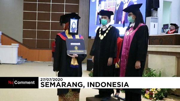 رباتها به نمایندگی از دانشجویان در اندونزی فارغالتحصیل شدند