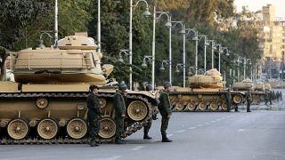 صورة من الأرشيف للقوات المصرية أمام القصر الرئاسي في القاهرة