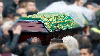 Almanya'da cenaze törenine katılan kişiler Covid-19'a yakalandı