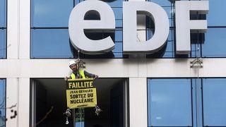 Illustration / Greenpeace dénonce l'utilisation d'énergie nucléaire chez EDF, à Paris,le 14 février 2017