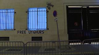"""Fransız Feminist aktivistler, Paris'te bulunan Çin Konsolosluğu duvarlarına """"Uygurlara özgürlük"""" afişleri yapıştırdı"""