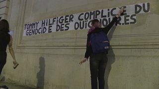 شعارنویسی علیه سیاست چین بر ضد اویغورها در پاریس