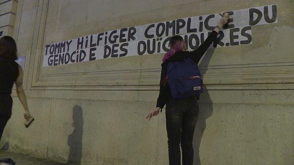 """Les """"Colleuses"""" se mobilisent contre le """"génocide"""" ouïghour en Chine"""