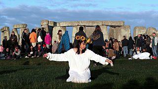 Tradicional celebração do solstício junto ao monumento de Stonehenge