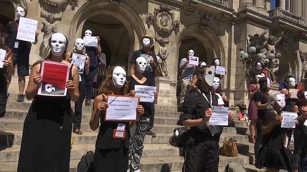 Manifestation des guides touristiques devant l'opéra à Paris