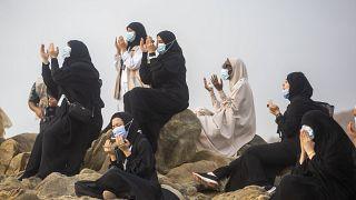Arafat Dağı'nda dua eden hacı adaylar