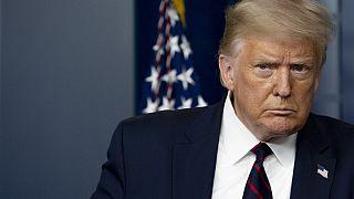 Trump arriva alla conferenza stampa