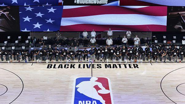 NBA oyuncuları diz çökerek Black Lives Matter hareketine destek verdi