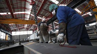 Operai al lavoro in una fabbrica di Milano, 6 maggio 2020
