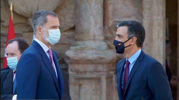 Felipe VI junto al presidente español Pedro Sánchez