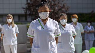 عمال دار لرعاية المسنين يقفون دقيقة صمت دعما للقطاع الاجتماعي والصحي في مدريد، إسبانيا