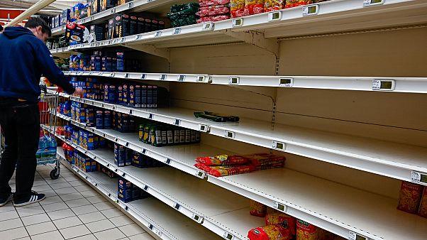 أرف فارغة في أحد المتاجر في فرنسا بسبب شراء وتخزين السلع