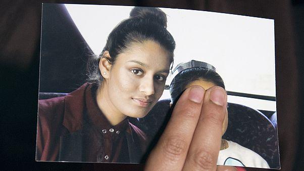 الشقيقة الكبرى لشاميما تمسك بصورتها أثناء لقاء إعلامي معها