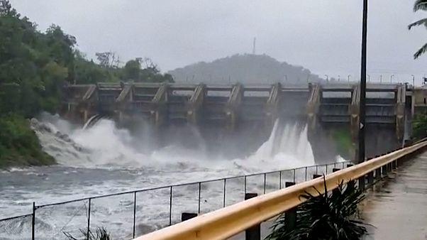 شاهد.. الإعصار إسايس يضرب بورتوريكو ويتسبب بفيضانات وانزلاقات أرضية