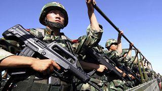 Doğu Türkistan'ın Hami kentinde devriye gezen Çinli paramilis gruba bağlı askerler
