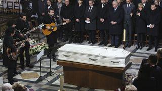 نعش نجم الروك الفرنسي جوني هاليداي خلال مراسم الجنازة في كنيسة مادلين، في باريس السبت 9 كانون أول/  ديسمبر  2017.