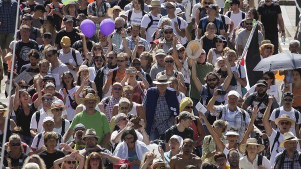 مظاهرات في برلين احتجاجا على القيود التي وضعتها الحكومة لمكافحة انتشار فيروس كورونا المستجد