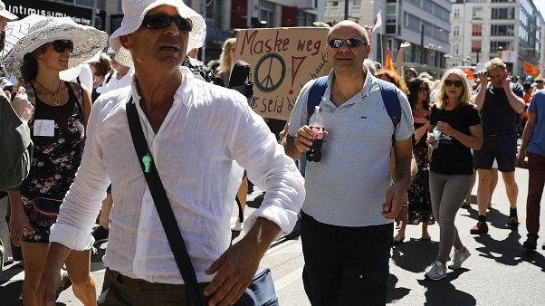 Tüntettek a koronavírus-járvány miatti német korlátozások ellen