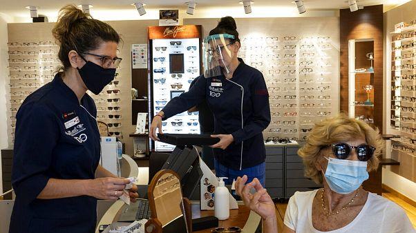 Πελάτης με μάσκα σε κατάστημα οπτικών
