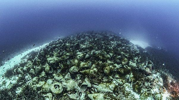 منظر للجرار القديمة التي تشكل المتحف البحري