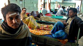Sahte içki sebebiyle hastanede tedavi altına alınan Hint vatandaşlar.