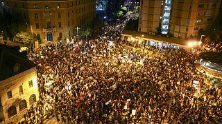 Kudüs'te Başbakan Binyamin Netanyahu'nun rezidansının önünde toplanan kalabalık protesto gösterisi düzenledi