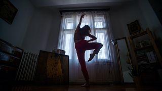 Önkéntes karanténban gyakorló táncos