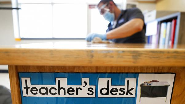 Araştırma: Covid-19'lu bir öğretmen ders anlatsa, yaydığı virüsün yüzde 90'ı havada asılı kalıyor
