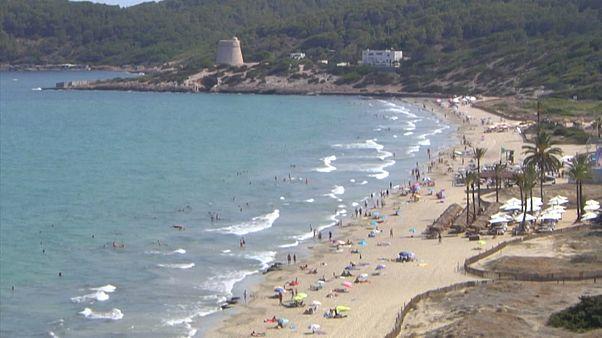 Gyéren telt strandok, üres hotelek Ibizán