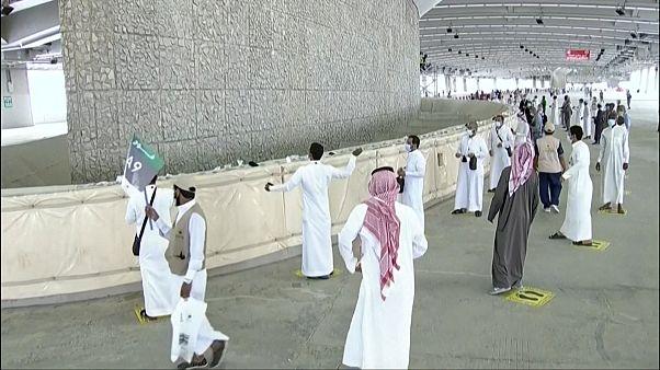 """Miles de musulmanes """"apedrean al diablo"""" en el último ritual de la peregrinación a la Meca"""