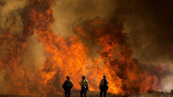شاهد: عناصر الإطفاء يكافحون لاحتواء حريق هائل في جنوب كاليفورنيا