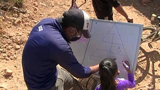 Un profesor acude al domicilio de una alumna en la zona rural