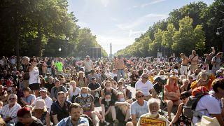 Rund 20.000 Menschen haben in Berlin gegen die Corona-Auflagen protestiert - ohne Maske und Abstand