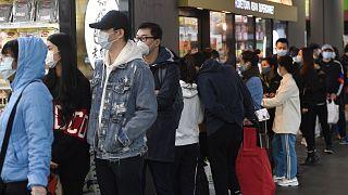 Habitants de Melbourne faisant la queue devant un supermarché le 2 août 2020