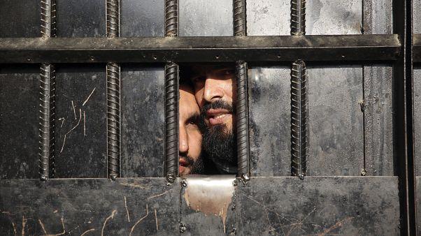 Due prigionieri talebani sopravvissuti all'attentato al carcere.